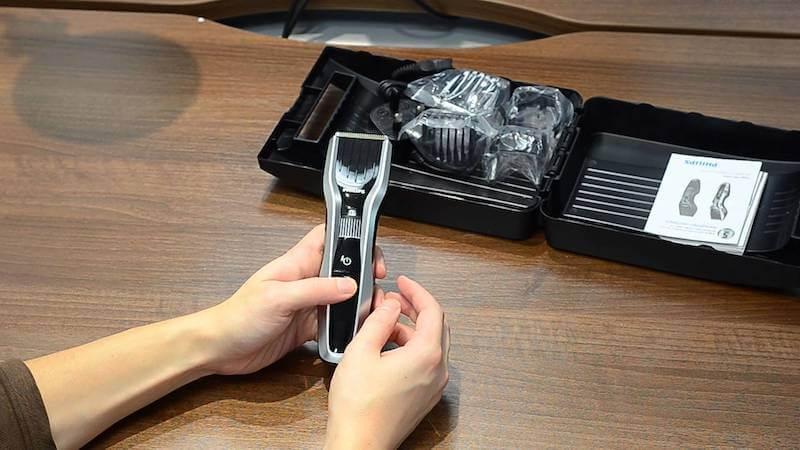 Lesklý plast na přední straně zastřihovače je magnetem na otisky prstů