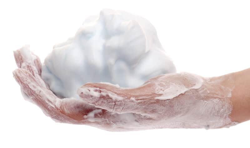 Pěna na holení v dlani